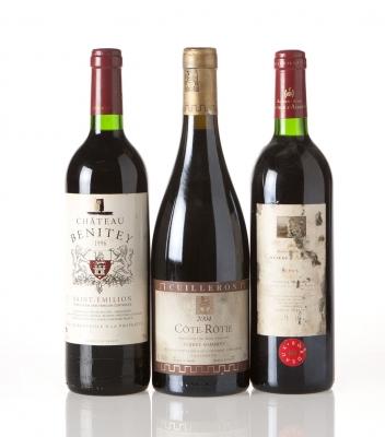 Tres botellas de vino francés.