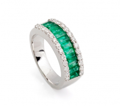 18k white gold ring. Emeralds, carré-cut, total weight approx.
