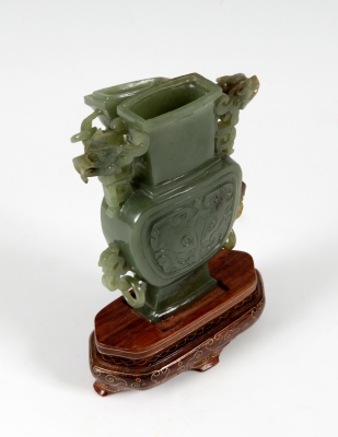 Vaso en jade verde; China, siglo XX.