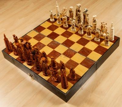 Juego de ajedrez en marfil y madera.